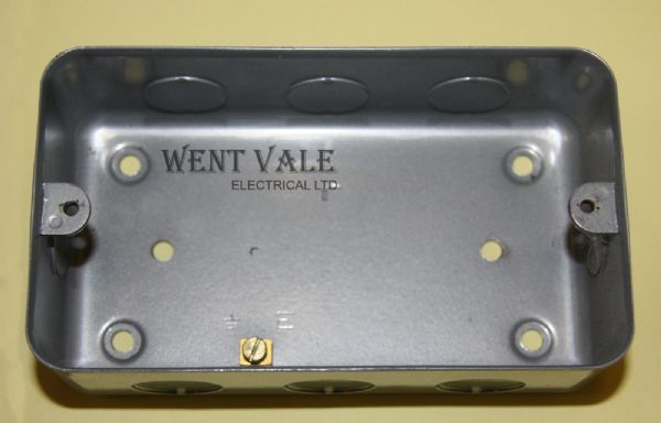tenby metalclad 2341e three four gang surface switch box un used 5227 p[ekm]600x384[ekm] tenby tenby electrical fuse box at webbmarketing.co